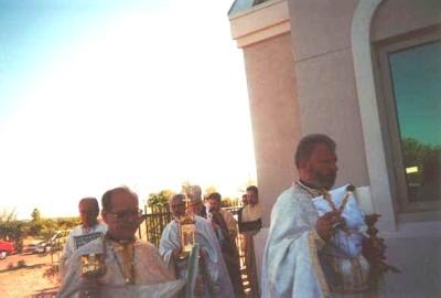 Soborul de preoţi la sfinţirea noii biserici, 26 august 2001. Părintele Gheorghe Libotean în dreapta imaginii.